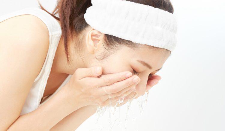 目のセルフプリベンション自己予防におすすめの洗顔をする女性