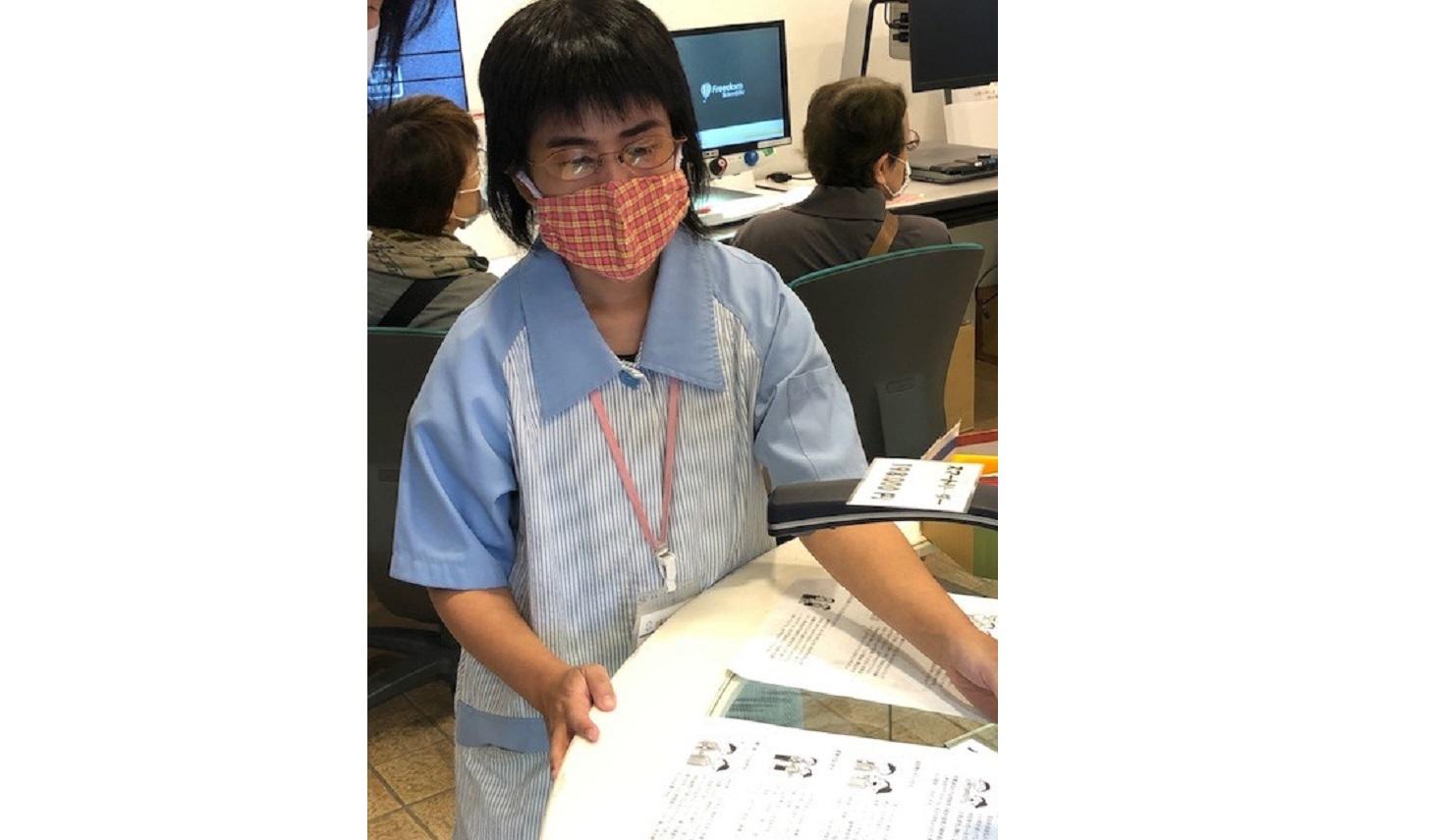 仕事中の京都ライトハウスのスタッフ
