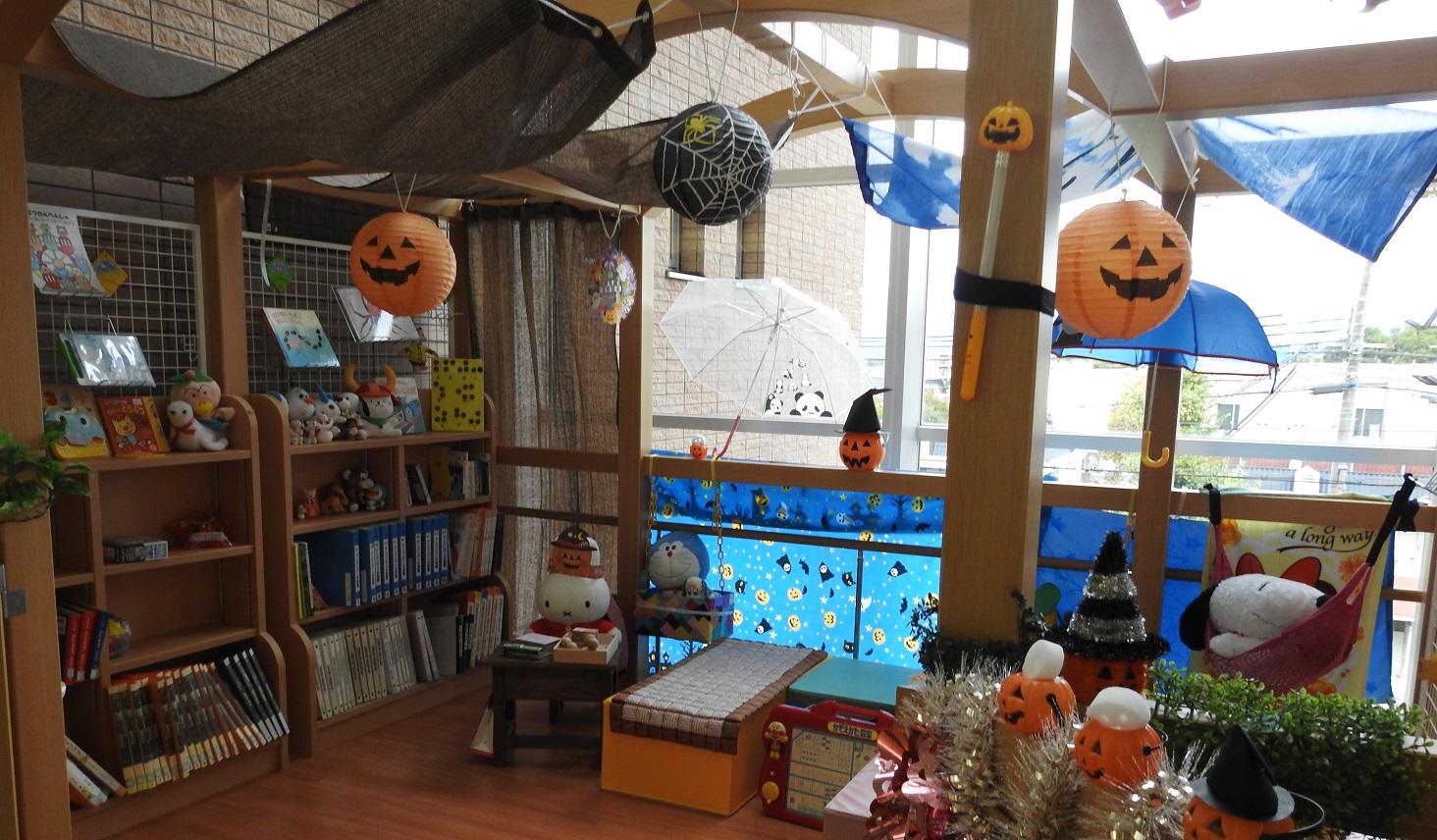 ハロウィンの飾りつけを施した部屋