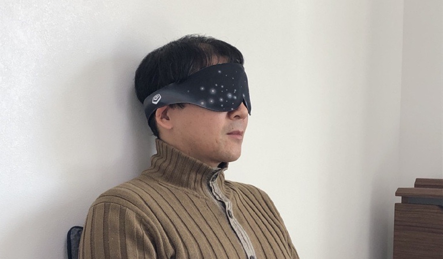 アイマスクで目を温めている様子