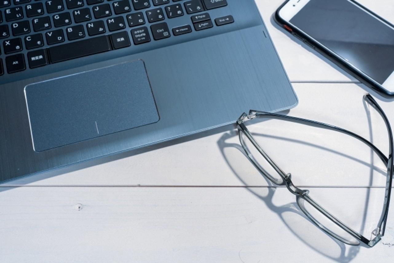 パソコン、眼鏡、スマホなどデスクの上にあるもの