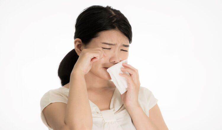目や鼻の症状が出て花粉症に苦しむ女性