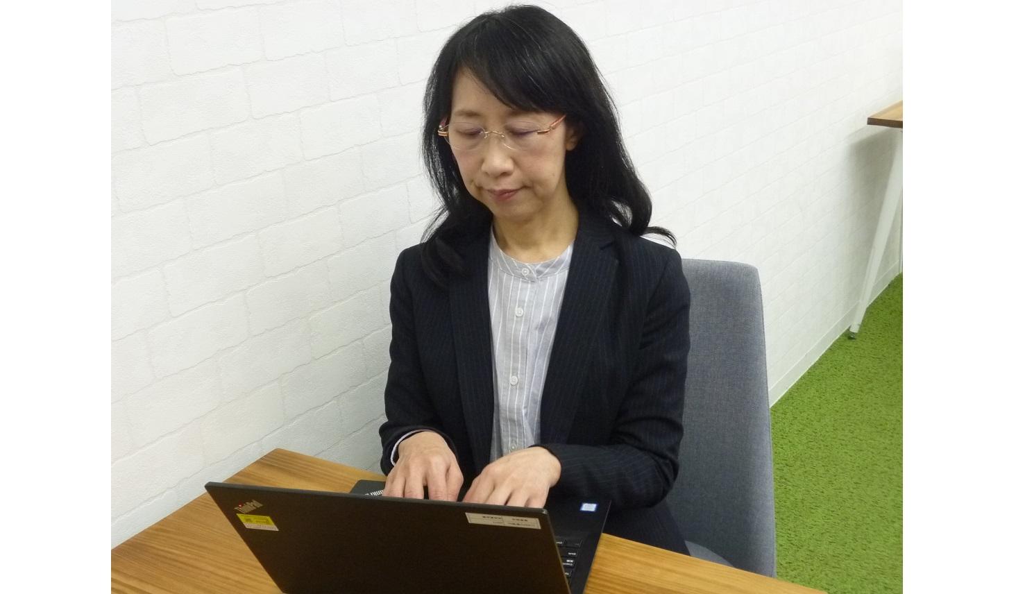 高機能メガネを使って仕事をする女性