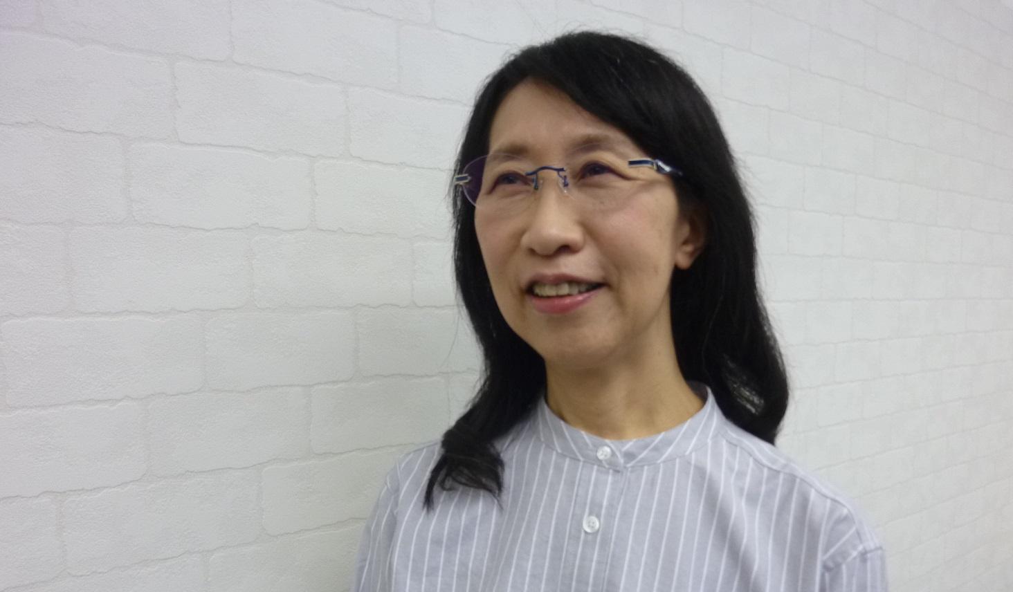 高機能メガネをかけた女性の姿