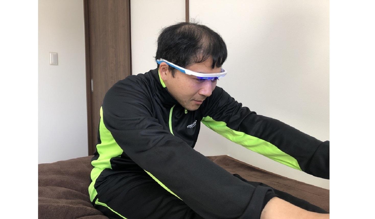 体内時計を整えるメガネを体験する山本