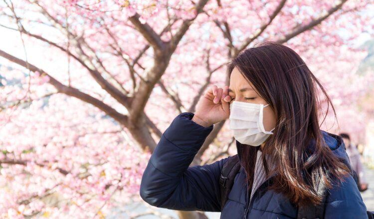 花粉症で目のかゆみに悩む女性