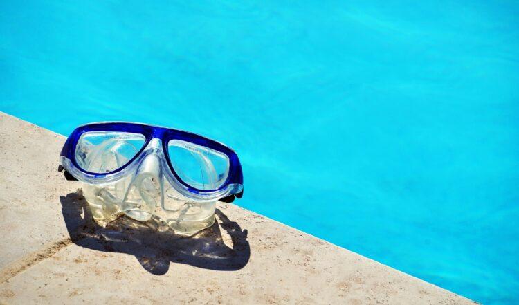 夏を思わせるプールサイド