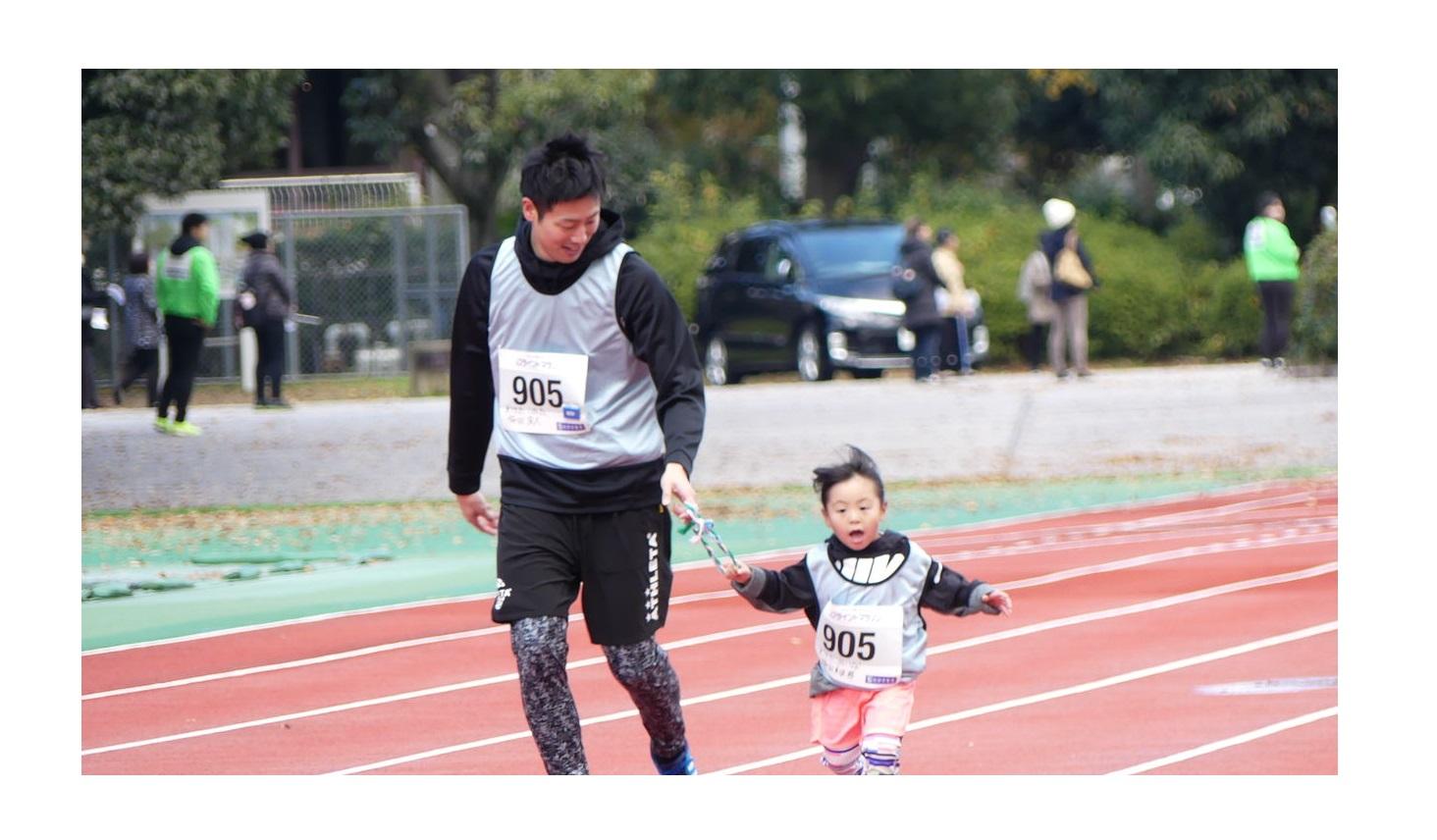 小さな子どもと一緒に走るお父さん